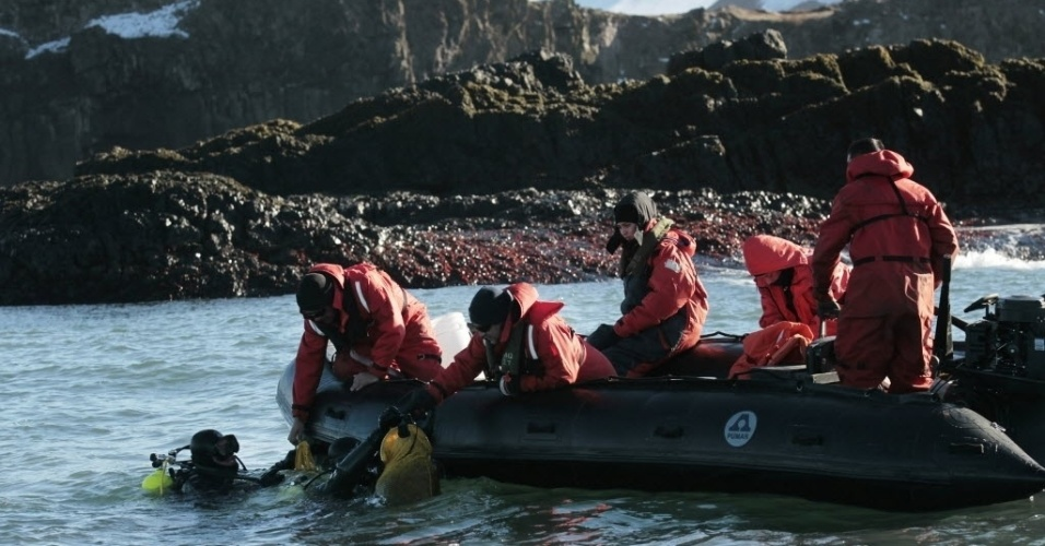 4.mar.2013 - Pesquisadores mergulham para buscar algas do fundo do mar do arquipélago das Ilhas Shetland do Sul, na Antártida, para analisar sua eficiência fotossintética. Grupo está a bordo de uma embarcação a serviço do Instituto Antártico Chileno (INACH), que realiza uma expedição com cientistas de diversos países no continente gelado