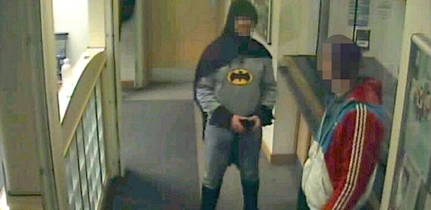 Reprodução de vídeo mostra homem fantasiado como o super-herói Batman entregando suspeito de roubo na delegacia de Bradford, na Inglaterra - Reprodução/Reuters
