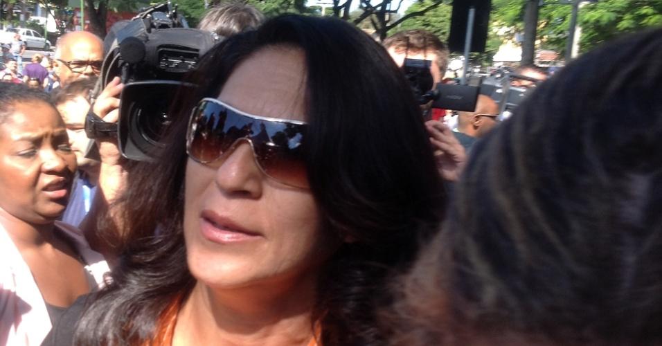 4.mar.2013 - Sônia Moura, mãe de Eliza Samudio, chega ao Fórum de Contagem (MG), onde será julgado o goleiro Bruno Fernandes
