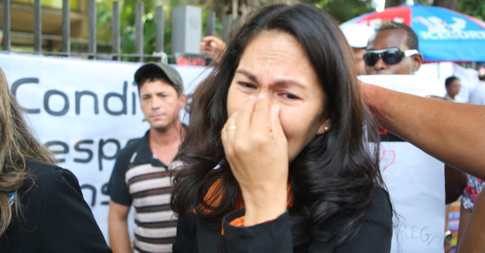 4.mar.2013 - Sônia Moura, mãe de Eliza Samudio, chora ao sair do fórum de Contagem (MG), onde nesta segunda-feira (4) começou o julgamento do goleiro Bruno Fernandes, acusado de ter ordenado o sequestro e a morte de Eliza e de ter ocultado o cadáver da vítima