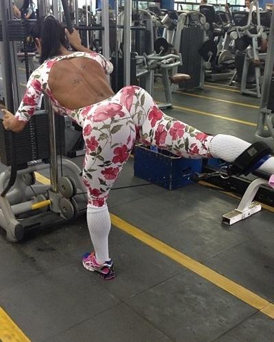 4.mar.2013 - Também para os glúteos, Gracyanne Barbosa também faz o exercício no cabo. A morena prende o puxador no pé, se segura no aparelho, e estica a perna para trás até ficar paralela ao chão. Ela faz três séries de 20 reptições