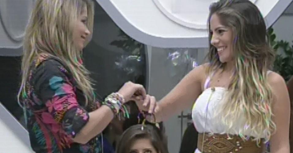 4.mar.2013 -Fani entrega aliança a Anamara durante o jogo da discórdia