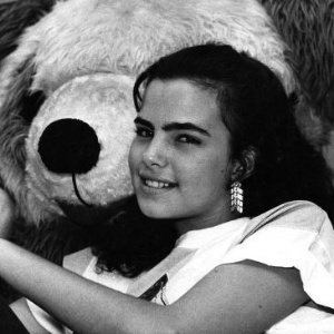 Ana Paula Arósio posa com ursinho de pelúcia em 1988