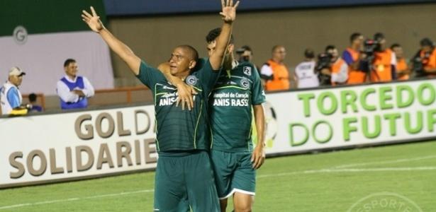 O atacante Walter comemora um dos gols do Goiás na goleada sobre o Rio Verde