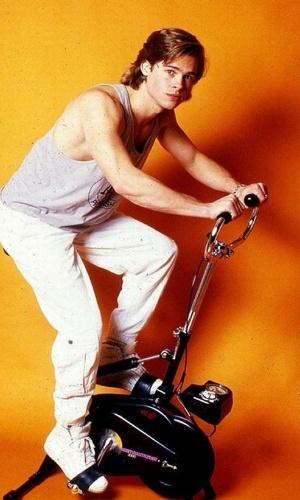 O ator Brad Pitt finge se exercitar para foto