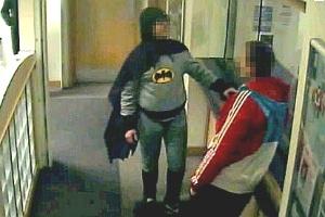 O homem fantasiado como 'Batman' entrega o suspeito para a polícia
