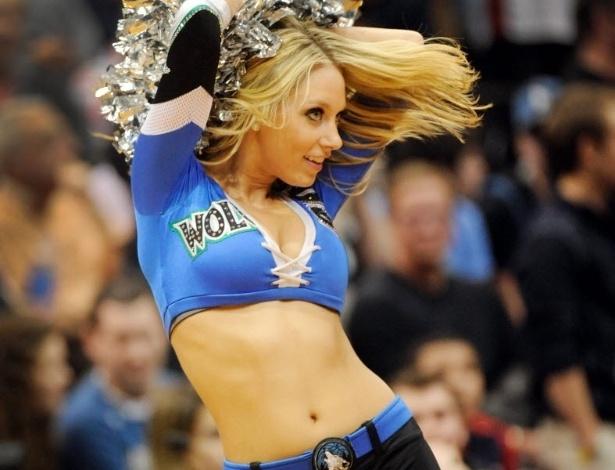 04.mar.2013 - Bela cheerleader loira do Minnesota Timberwolves mostra seu gingado durante apresentação na partida contra o Miami Heat