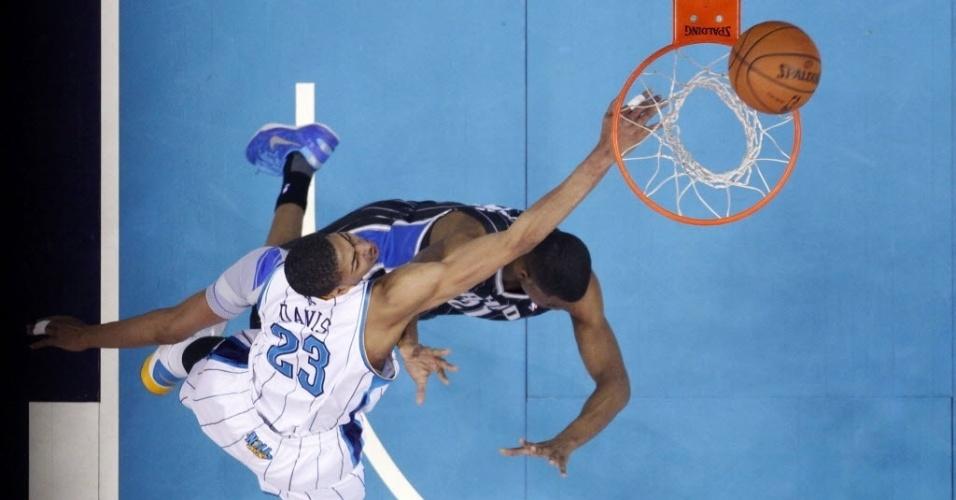 04.mar.2013 - Nem a bela enterrada de Anthony Davis sobre Moe Harkless ajudou os Hornets a passarem pelo Orlando Magic