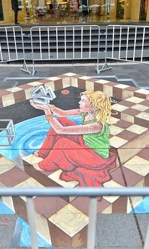 05.mar.2013 - A exposição está espalhada pelas calçadas da região de Rachaprasong, local onde dezenas de opositores do governo morreram num confronto com a polícia em maio de 2010