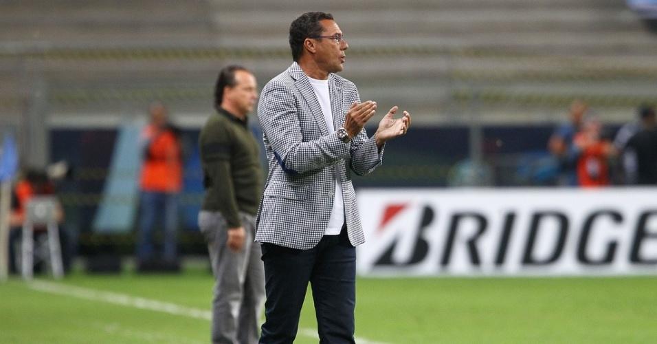 05.mar.2013 - Técnico Vanderlei Luxemburgo do Grêmio contra o Caracas em jogo válido pela terceira rodada da Libertadores na Arena