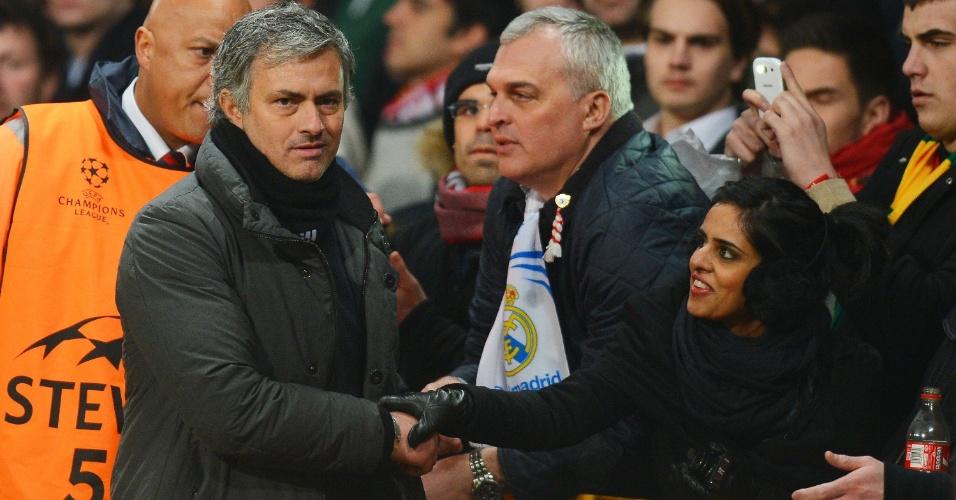 05.mar.2013- Técnico José Mourinho cumprimenta torcedores do Real Madrid em Old Trafford após vitória sobre o Manchester United