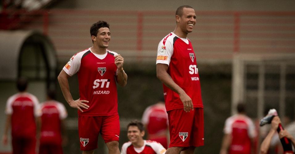 27-02-2013 Aloísio e Luis Fabiano se divertem em treino do São Paulo