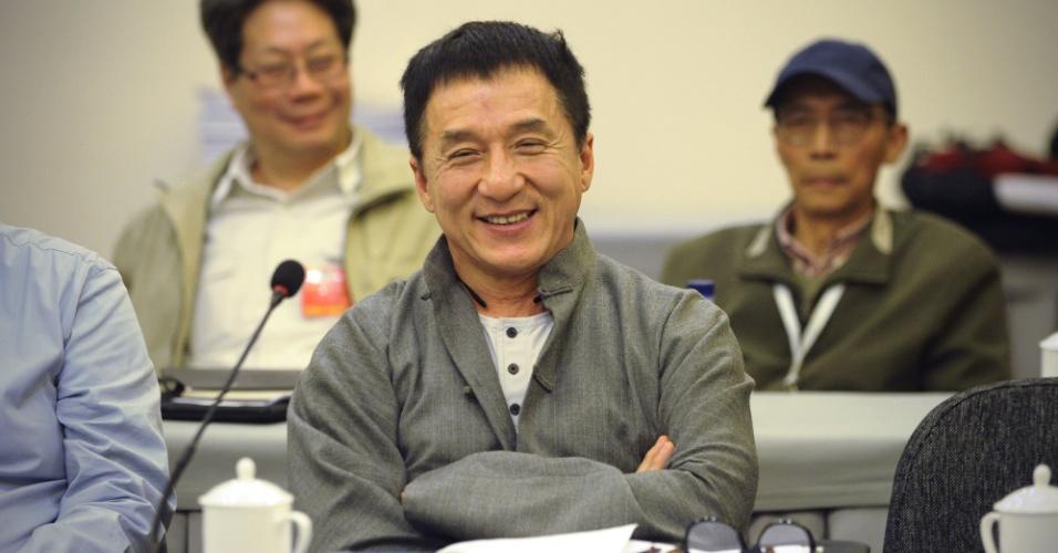 4.mar.2013 - O ator Jackie Chan participa do Congresso Nacional no Grande Palácio do Povo, em Pequim (China). O Parlamento chinês se reúne durante duas semanas e irá acertar a transferência do poder do primeiro-ministro chinês, Wen Jiabao para o primeiro vice-primeiro-ministro Li Keqiang