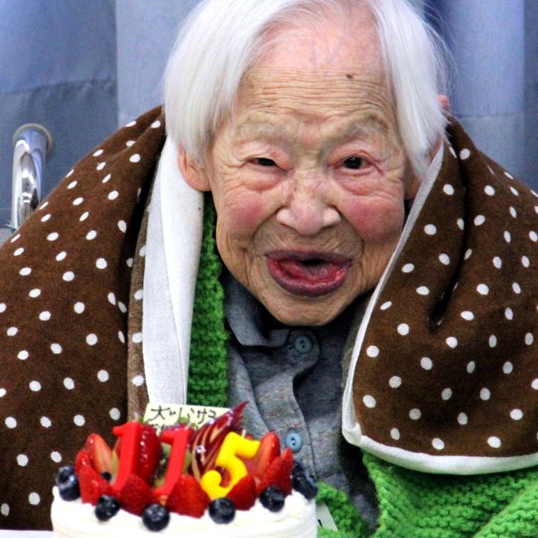 5.mar.2013 - A mulher mais velha do mundo, Misao Okawa, comemora seu 115º aniversário no asilo onde vive. Okawa recebeu, na última semana, o atestado do livro dos recordes, o Guinness, de mulher mais velha do mundo