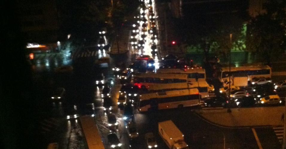 5.mar.2013 - A forte chuva que atingiu o Rio de Janeiro (RJ) nesta terça-feira causa congestionamento entre as avenidas Presidente Antônio Carlos e Presidente Wilson, na região central