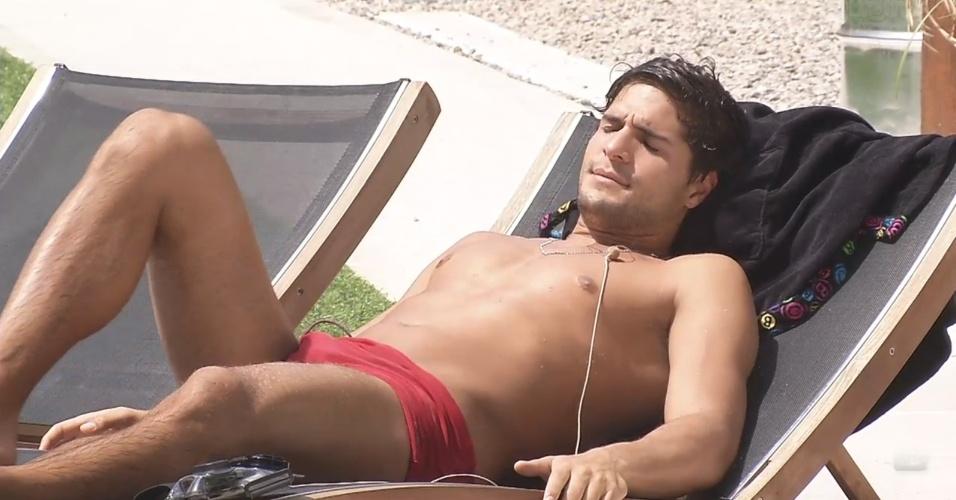 5.mar.2013 - André toma banho de sol à beira da piscina
