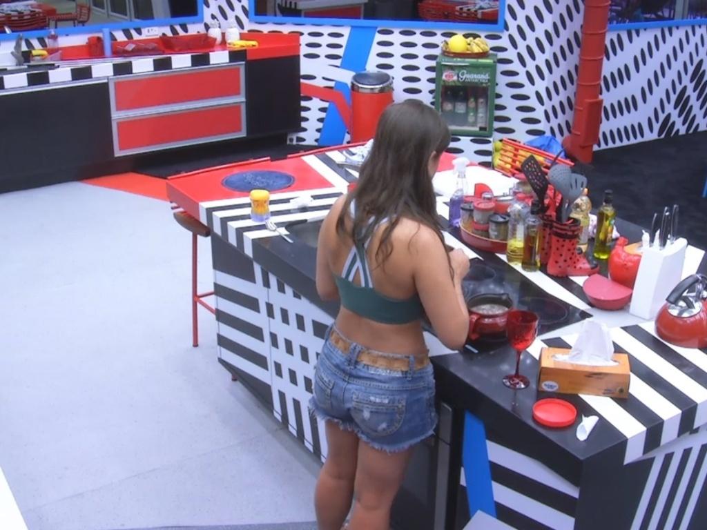 5.mar.2013 - Andressa acorda por volta de meio-dia e prepara seu café da manhã