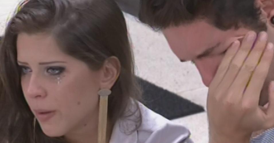 5.mar.2013 - Andressa e Nasser choram antes do paredão disputado pelo brother