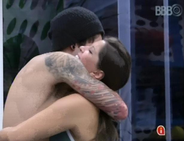 5.mar.2013 - Andressa e Nasser dão um abraço