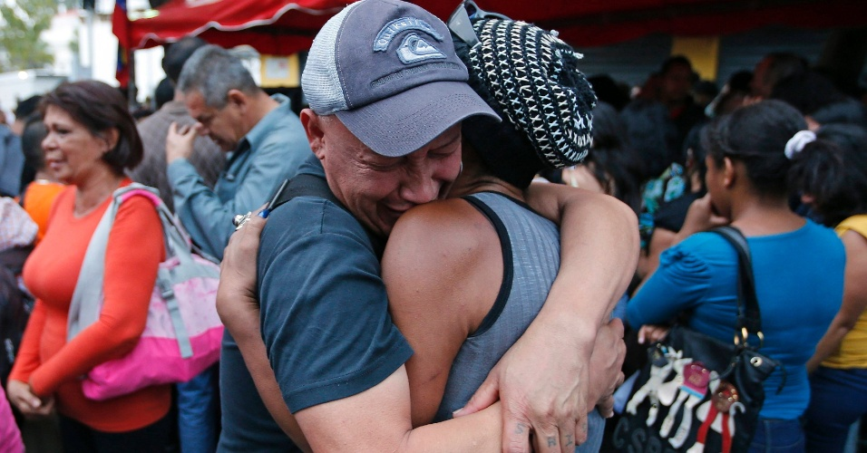 5.mar.2013 - Apoiadores do presidente venezuelano Hugo Chávez choram em Caracas após o anúncio da morte de Chávez, feito pelo vice-presidente Nicolás Maduro em pronunciamento na TV, nesta terça-feira (5)