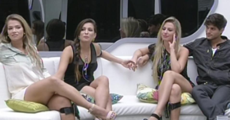 5.mar.2013 - Bial pergunta a Kamilla se ela ficou com ciúmes de Fernanda ter entregado uma aliança a André no jogo da discórida, mas sister nega.