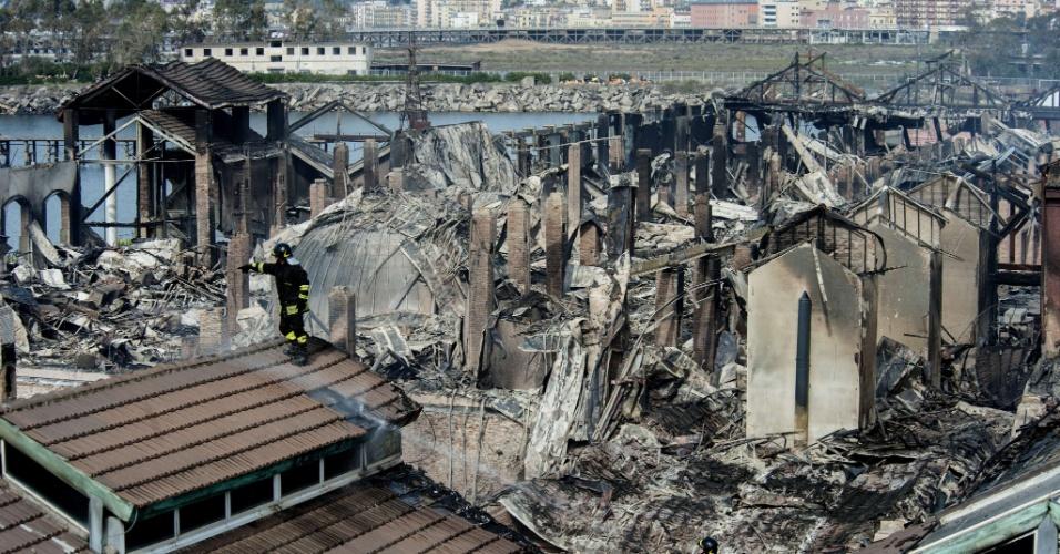 5.mar.2013 - Bombeiros tentam controlam as chamas de incêndio que atingiu o museu Cidade da Ciência, em Nápoles, no sul da Itália, nesta terça-feira (5). O fogo danificou quatro prédios do parque onde está o museu. No local há também prédios com escritórios de empresas