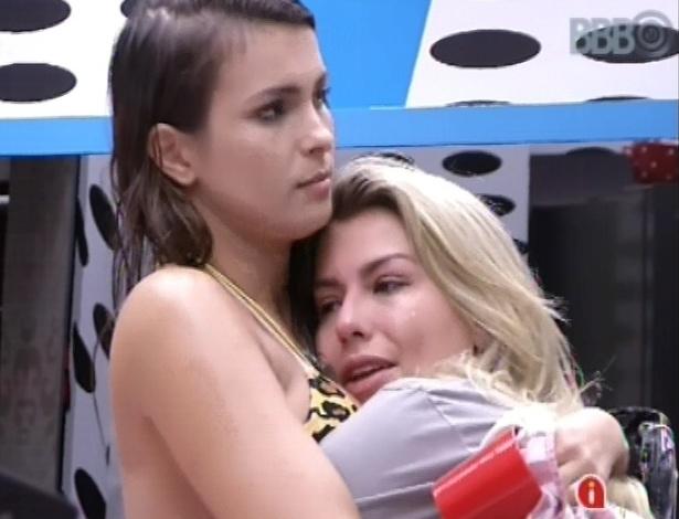 5.mar.2013 - Conversando sobre família, Fernanda chora e recebe abraço de Kamilla