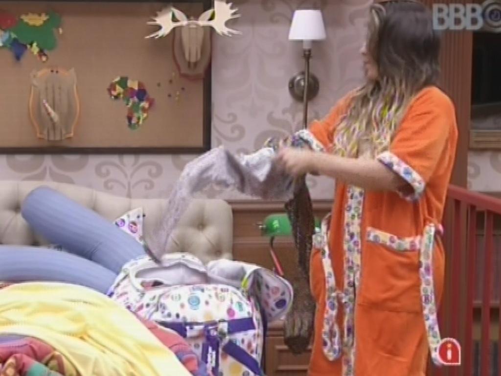 5.mar.2013 - Emparedada, Anamara deixa as malas prontas para a eliminação da noite