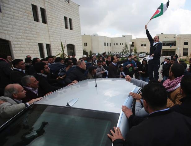 """5.mar.2013 - Estudantes palestinos da universidade de Birzeit, em Ramallah, na Cisjordânia, cercam o carro do diplomata britânico Vincent Fean, que iria fazer uma palestra na universidade. O protesto, segundo o """"Huffington Post"""", foi motivado pelo que os manifestantes entendem como uma política de apoio a Israel pelo Reino Unido. A palestra, que versaria sobre a União Europeia, foi cancelada após o incidente"""