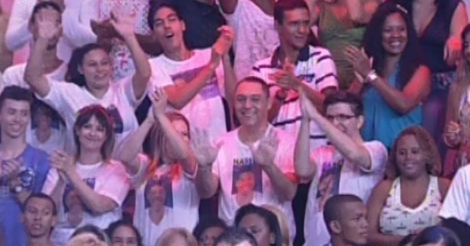 5.mar.2013 - Fãs e familiares de Nasser torcem pelo brother na nona eliminação do