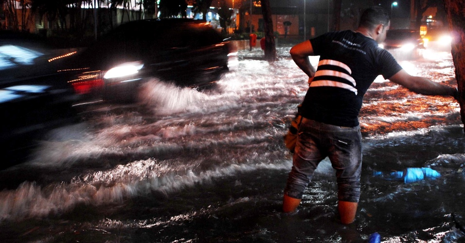 5.mar.2013 - Forte chuva atinge a região de Copacabana no Rio de Janeiro (RJ), nesta terça-feira, causando alagamentos nas ruas