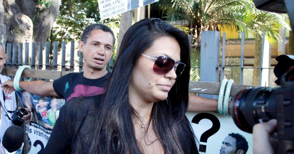 5.mar.2013 - Ingrid Calheiros (centro), noiva do goleiro Bruno, chega ao fórum de Contagem (MG), no 2º dia de julgamento do jogador.