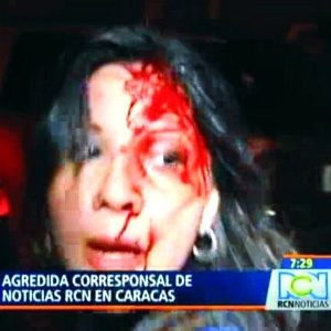"""Jornalista Carmen Andrea Rengifo, correspondente da emissora de TV colombiana """"RCN"""" na Venezuela, foi agredida em Caracas - Reprodução/RCN"""