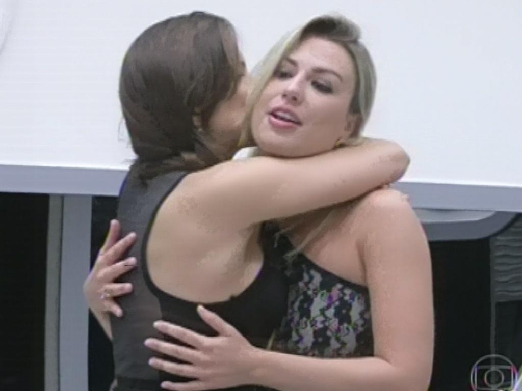 5.mar.2013 - Kamilla e Fernanda se abraçam após a mineira dizer que não entregou a aliança do jogo da discórdia à paranese por que quer ficar com ela