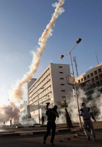 5.mar.2013 - Manifestante joga de volta à polícia uma lata de gás lacrimogênio, durante confronto na cidade de Port Said. A polícia egípcia disparou tiros para o alto durante o confronto com centenas de manifestantes nesta terça-feira (5), no terceiro dia de protestos violentos na cidade portuária. Manifestações têm ocorrido em Port Said desde janeiro, após a prisão de dezenas de pessoas por ligação com um tumulto em um estádio de futebol no ano passado que deixou 70 mortos