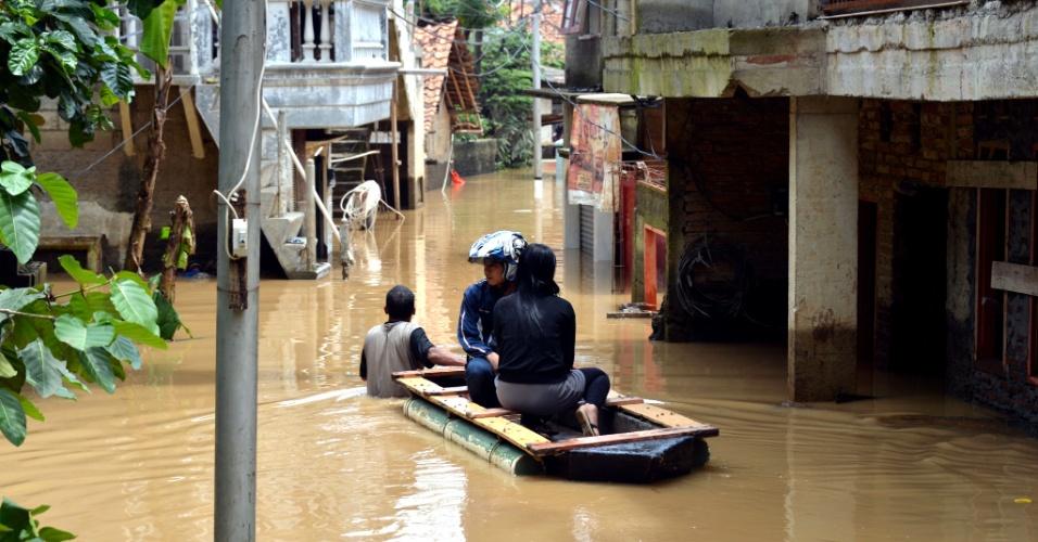 5.mar.2013 - Moradores de um vilarejo ao sul de Jacarta (Indonésia) são puxados por rua alagada em bote improvisado, após chuvas fortes nas montanhas próximas. A temporada de chuvas na região deve terminar apenas no fim de março, segundo a Agência Nacional de Controle de Desastres