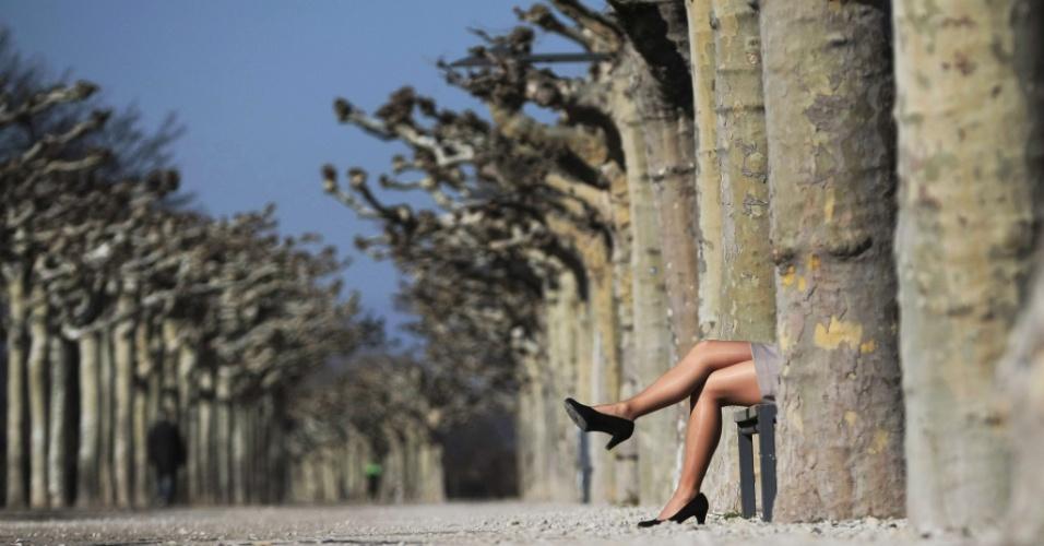 5.mar.2013 - Mulher aproveita o dia de sol para descansar em banco de parque, em Mainz (Alemanha)