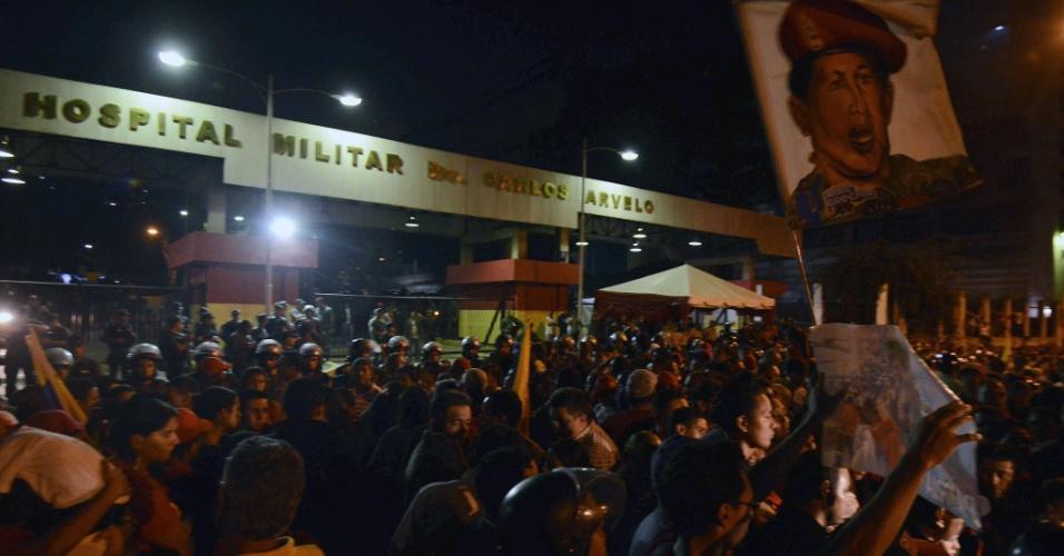 5.mar.2013 - Multidão se aglomera em frente ao hospital militar de Caracas, na Venezuela, onde o presidente Hugo Chávez estava internado até a sua morte, na tarde desta terça-feira. O presidente morreu hoje aos 58 anos, vítima de um câncer com o qual convivia há um ano e meio