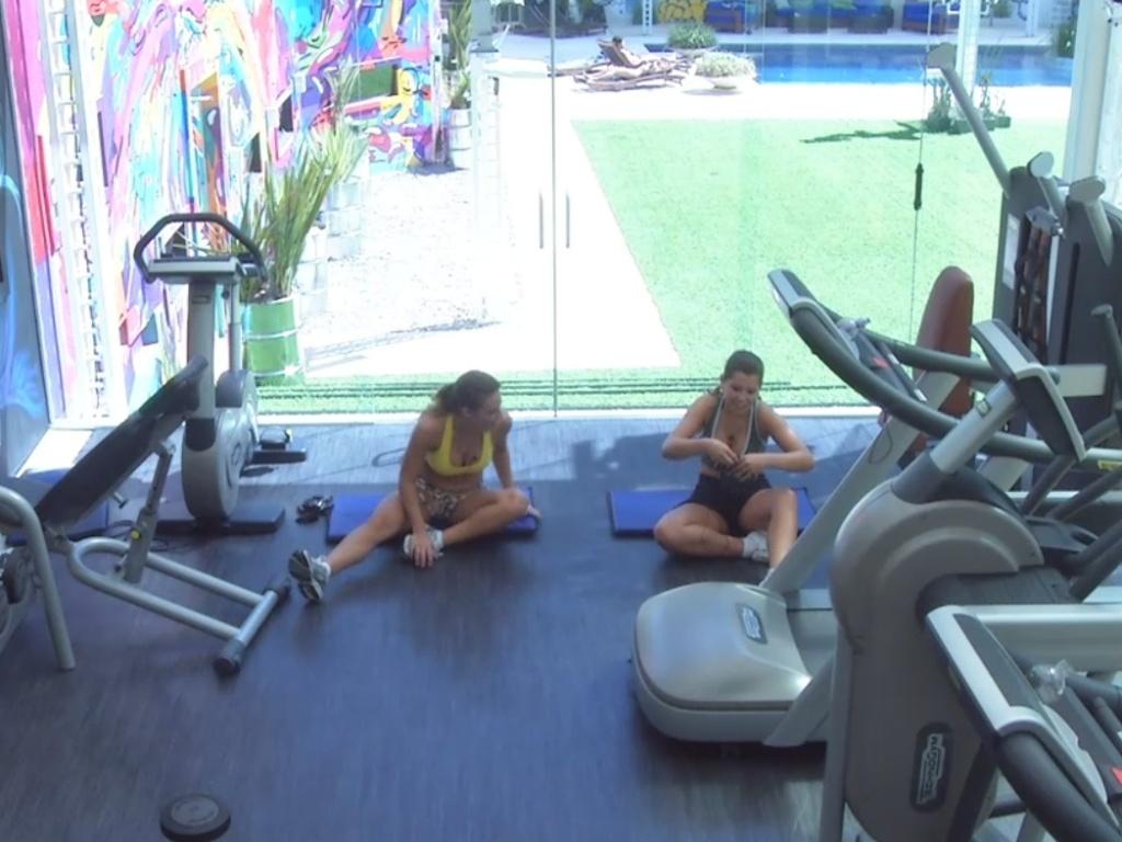 5.mar.2013 - Natália e Andressa conversam na academia do