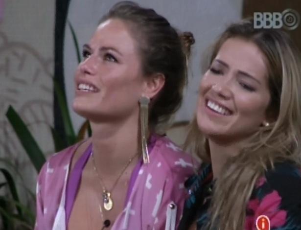 5.mar.2013 - Natália e Fani cantam de mãos dadasa pós assistirem ao musical