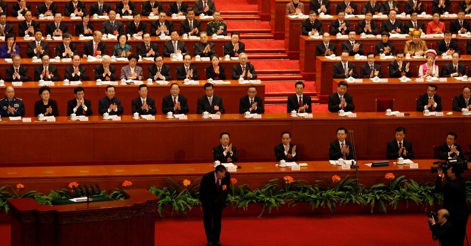 5.mar.2013 - O Premier chinês, Wen Jiabao, saúda delegados antes de seu discurso de abertura do Congresso Popular Nacional, organizado pelo Partido Comunista chinês em Pequim