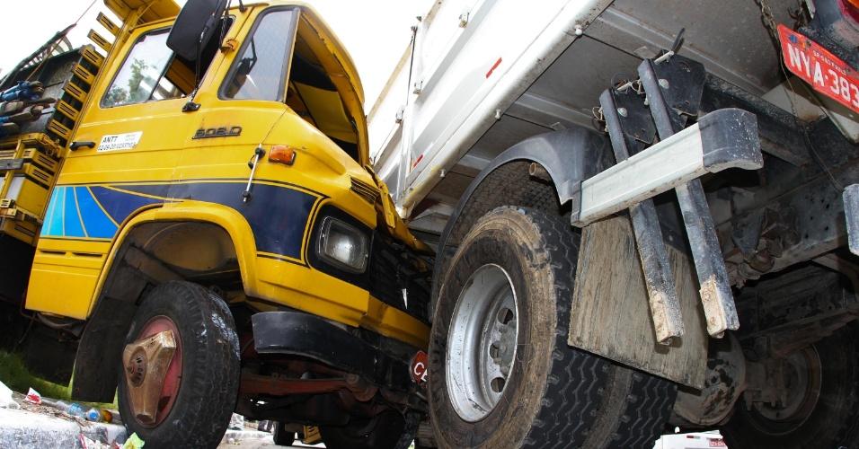 5.mar.2013 - Um acidente envolvendo dois caminhões aconteceu na tarde desta terça-feira na rua Coronel Euclides Machado, 1.166, em frente a escola de samba Rosas de Ouro, na zona norte de São Paulo (SP). Não há informações sobre feridos