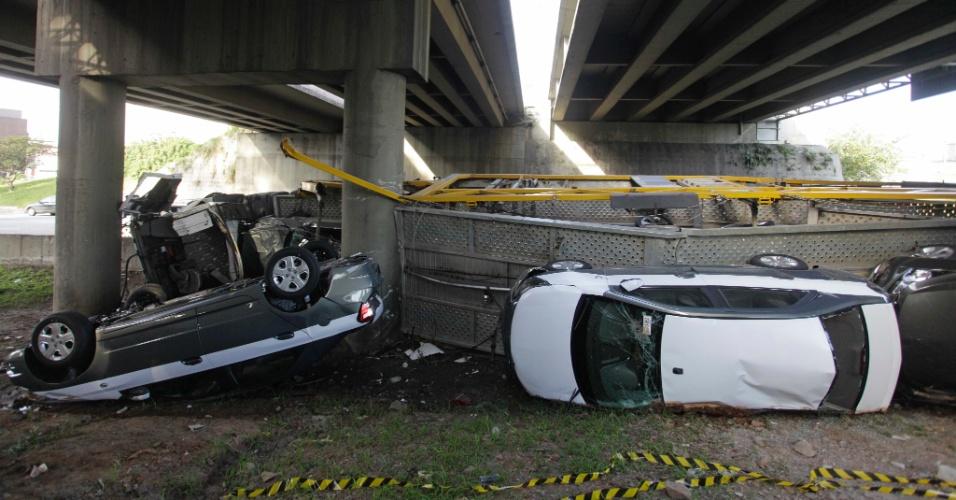 5.mar.2013 - Uma carreta cegonheira carregada de veículos tombou no km 18 da rodovia Anchieta, em São Bernardo do Campo (Grande São Paulo), na madrugada desta terça-feira (5). O motorista do veículo sofreu ferimentos leves