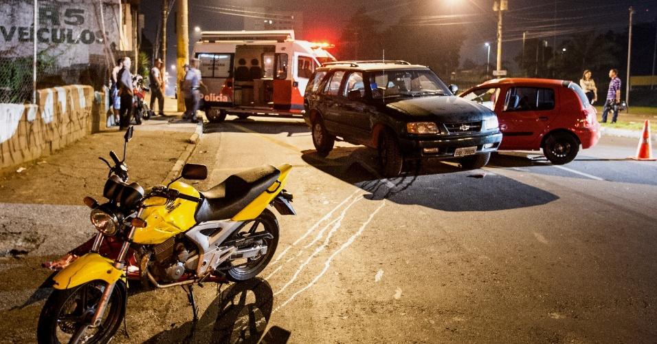 5.mar.2013 - Uma perseguição policial a suspeitos de roubar dois postos de gasolina terminou em acidente, na região do Butantã, zona oeste de São Paulo, por volta da 0h30 desta terça-feira (5). Segundo a PM, dois suspeitos fugiam em um carro Renault Clio roubado quando um deles perdeu o controle da direção e bateu em uma moto e um Chevrolet Blazer na avenida Corifeu de Azevedo Marques. Uma pessoa ficou ferida e foi levada ao Hospital das Clinicas. Os suspeitos foram presos