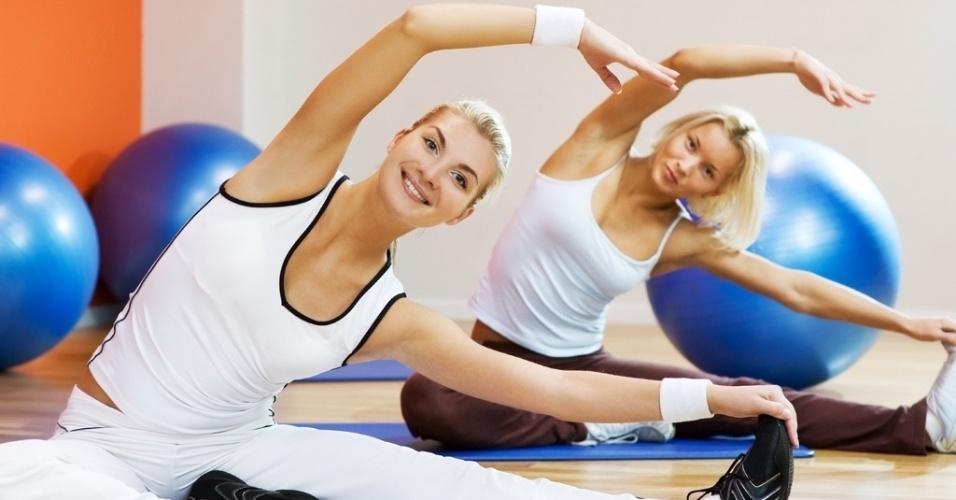 alongamento, ginástica, mulher, academia, boa forma, bem-estar, saúde