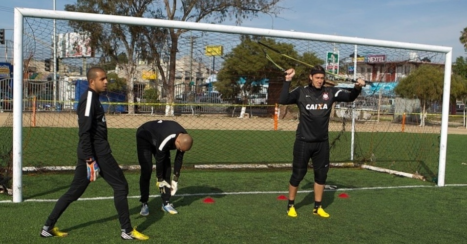 Goleiros corintianos realizam atividade física. Corinthians enfrentará o Tijuana no México com grama artificial