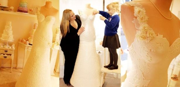Hannah (à dir.) ajuda a mãe a dar os retoques finais no lindo - e delicioso - vestido de noiva - Reprodução/Mail Online