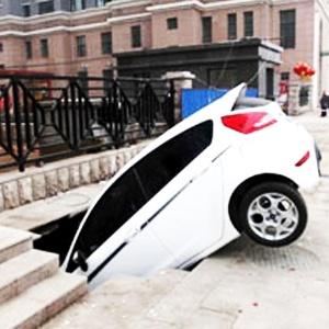 Rua faminta engole carro na China! - Reprodução/Orange News