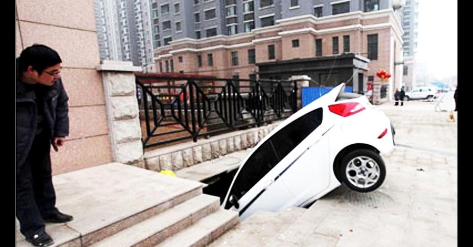 Rua faminta engole carro na China!