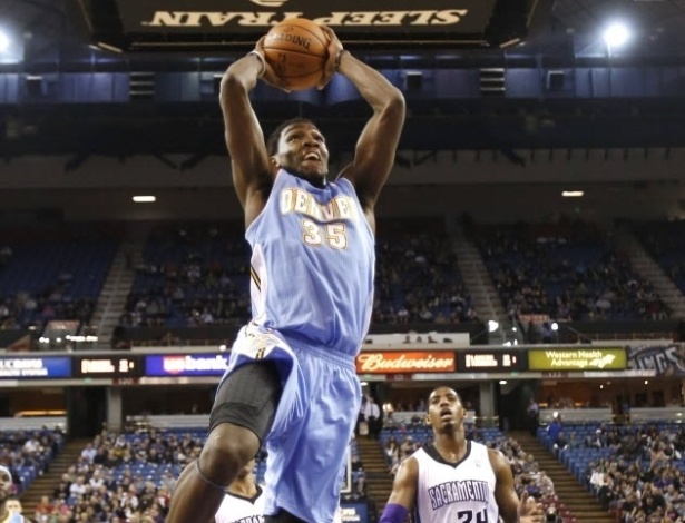 05.mar.2013 - Kenneth Faried salta para enterrar a bola no triunfo do Denver Nuggets sobre o Sacramento Kings, por 120 a 113